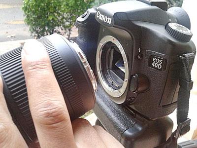 Buka lensa dari body kamera