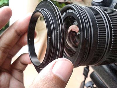 Pasang Reverse Ring ke depan lensa